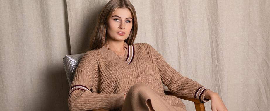 Колекція модних в'язаних светрів, суконь, шапок і багато іншого за суперцінами