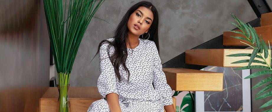 Распродажа коллекции одежды: стильные свитшоты, платья, футболки