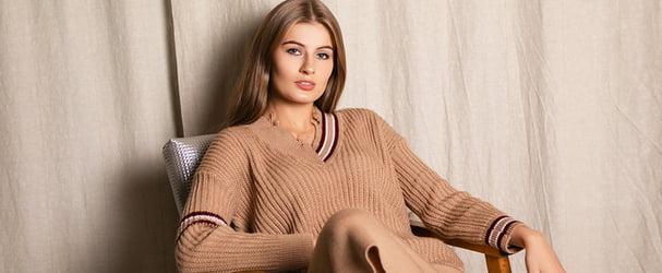 Колекція модних в'язаних светрів, суконь, шапок і багато чого іншого за суперцінами