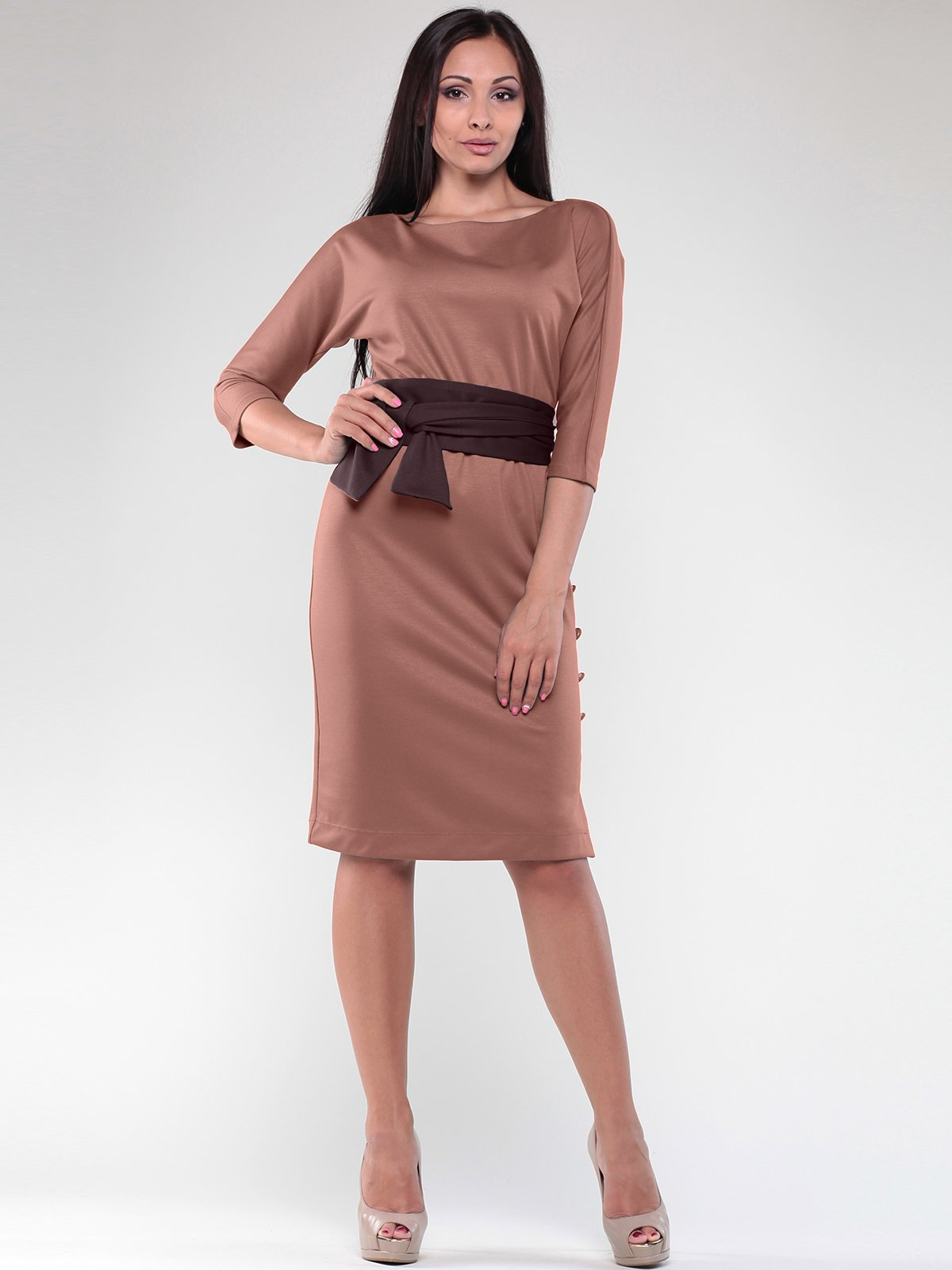 Платье цвета мокко с контрастным поясом | 1822274
