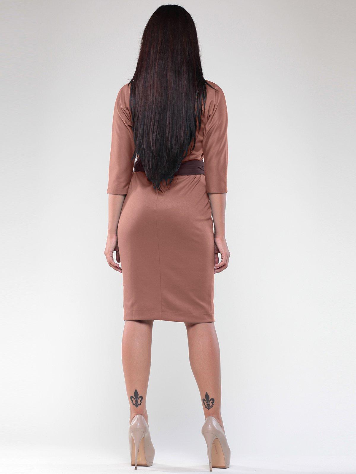 Платье цвета мокко с контрастным поясом | 1822274 | фото 2