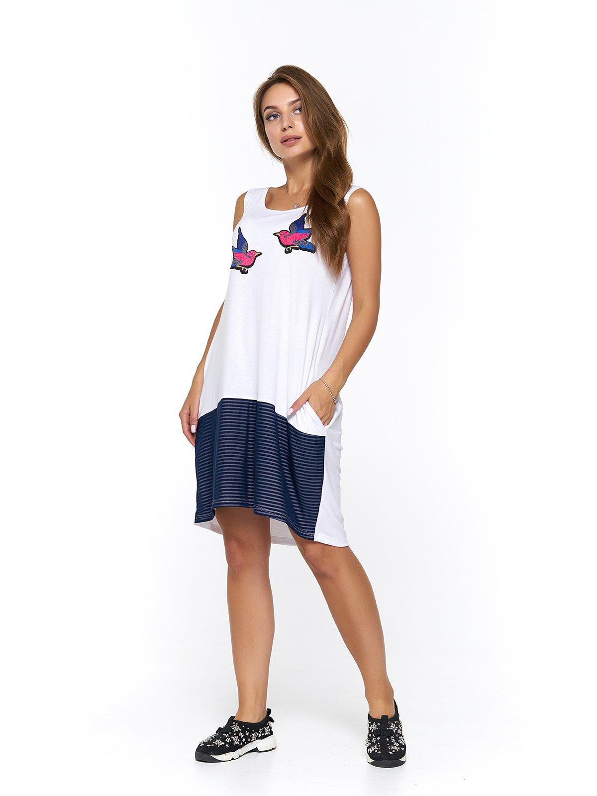Платье бело-синее в полоску с принтом | 3475044