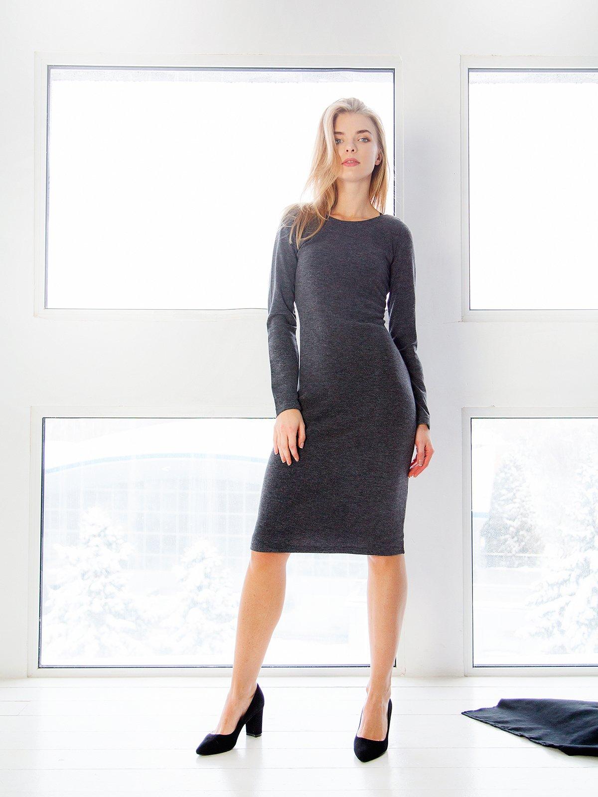 Платье графитового цвета с вырезом на спинке | 3666138