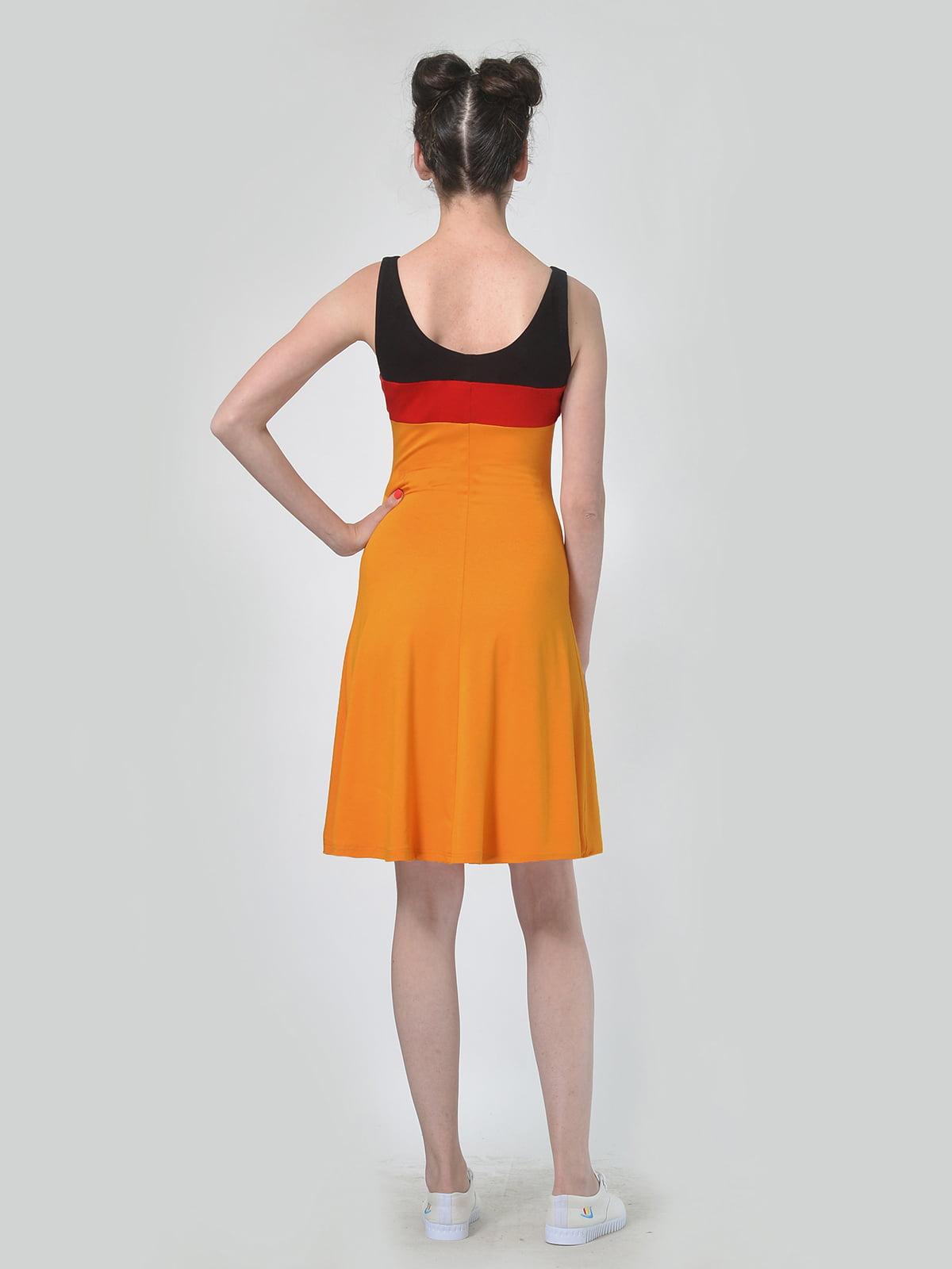Платье горчичного цвета с контрастными вставками   4142171   фото 2