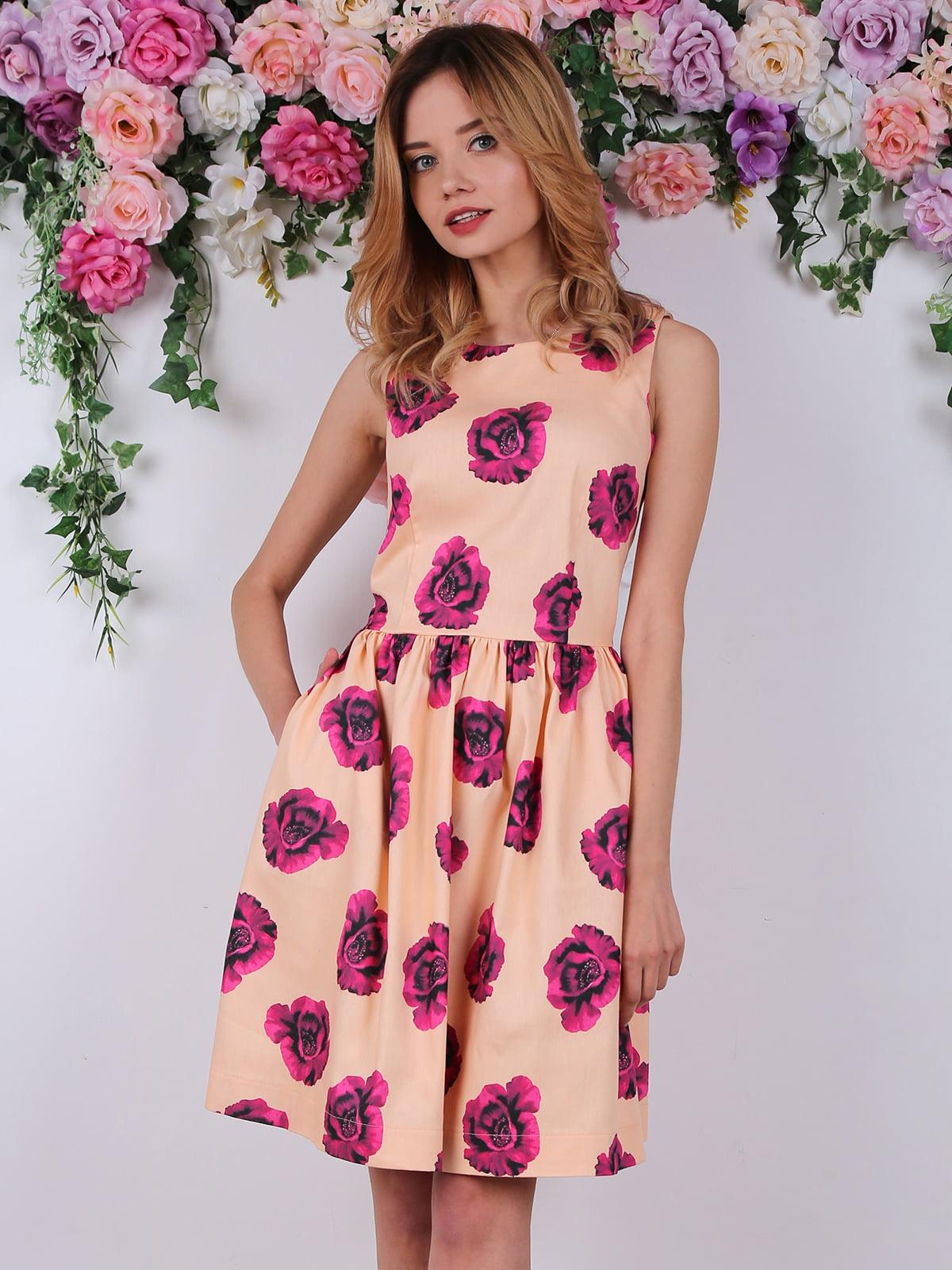 Сукня персикового кольору в квітковий принт | 4311677