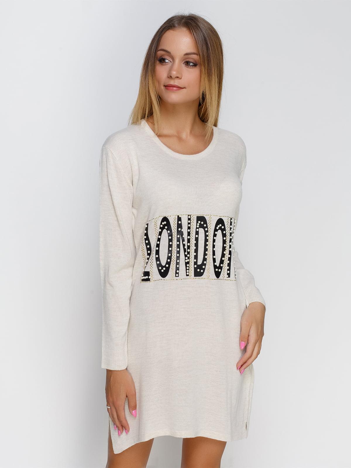 Сукня молочного кольору з написом і декором | 4481300