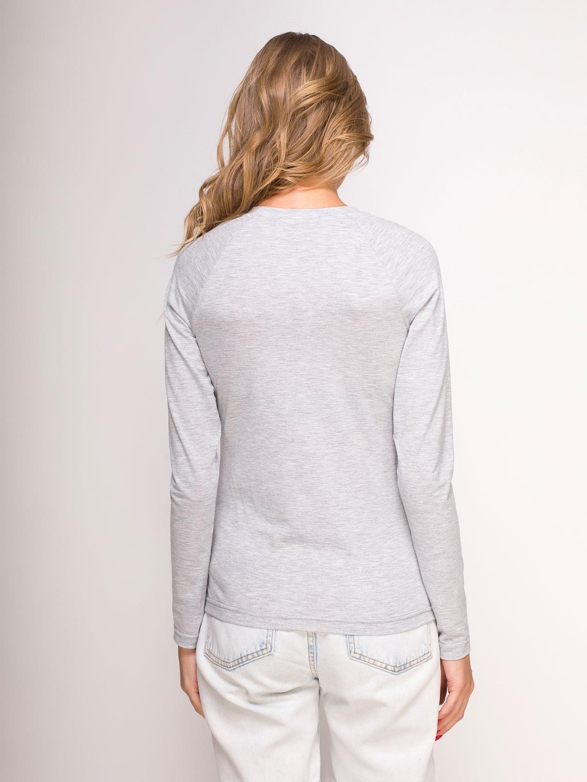 Лонгслив серый меланжевый с принтом | 4583075 | фото 2