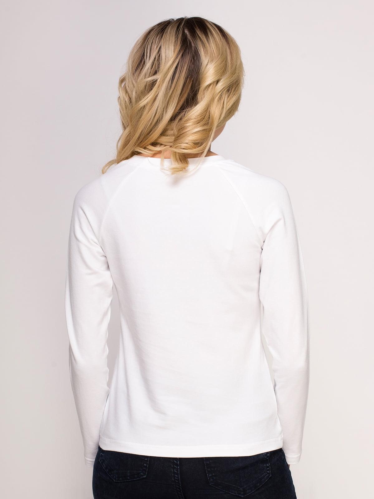 Лонгслив белый с принтом | 4583059 | фото 2