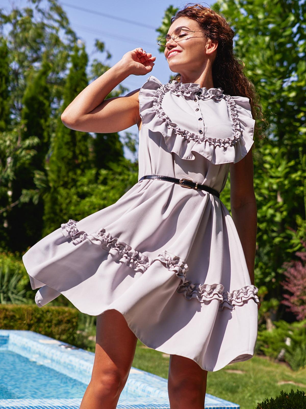 Сукня з рюшами сірого кольору | 4555876