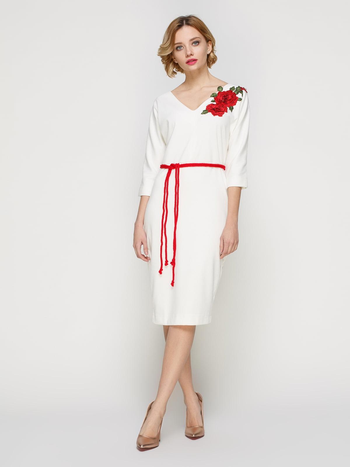 Сукня молочного кольору з аплікацією і поясом | 3486512