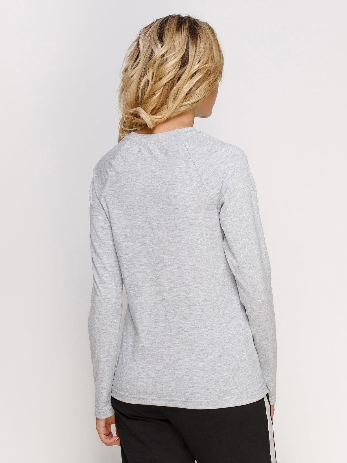 Лонгслив серый меланжевый с принтом | 4962362 | фото 2