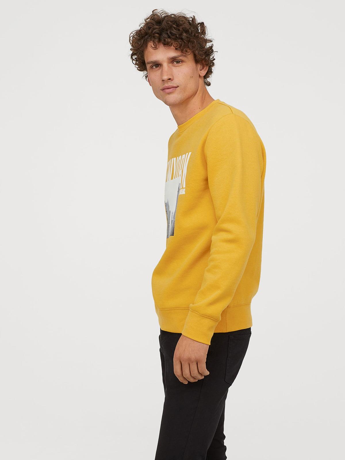 Свитшот желтый с принтом | 5046182