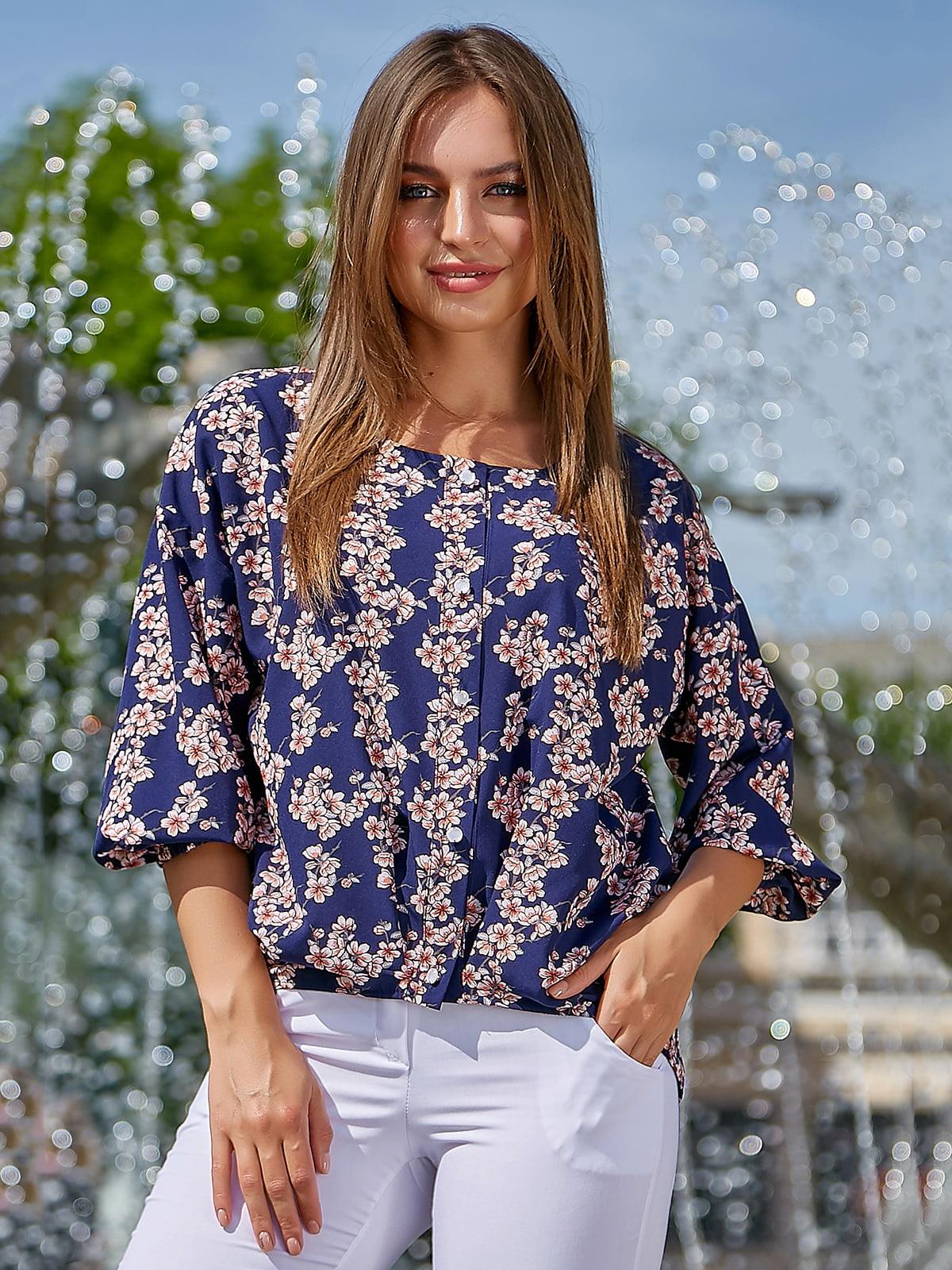 Блуза темно-синяя в цветочный принт | 5106870