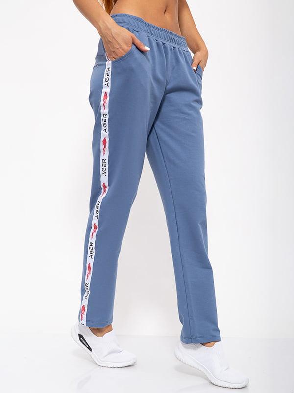 Брюки спортивные джинсового цвета с декором-лампасом | 5530877