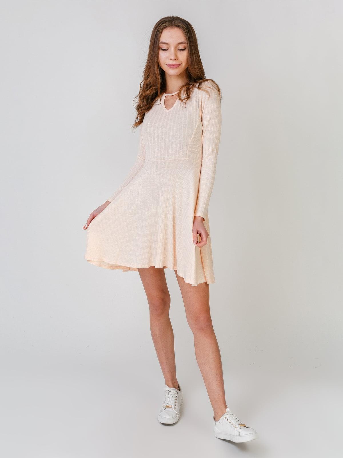 Платье бежевого цвета   5609451