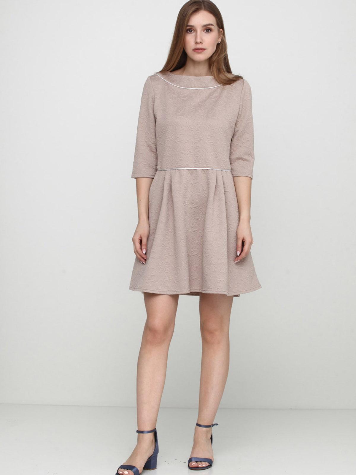 Сукня бежевого кольору з однотонним візерунком   5628500