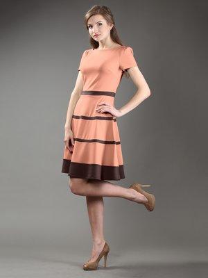 Платье персикового цвета с контрастной отделкой | 997186