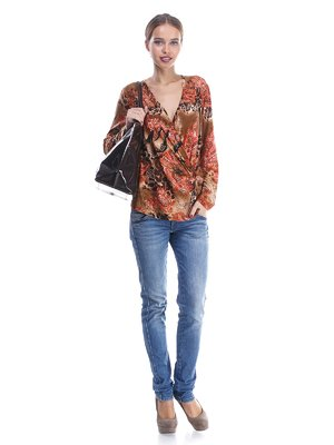 Блуза рыжего цвета в абстрактный принт | 570549