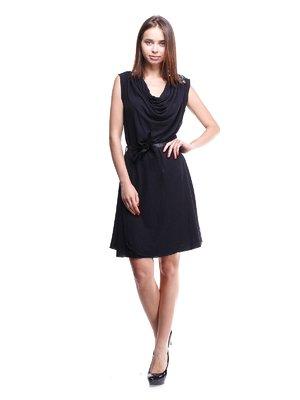 Платье черное с декорированным плечом и поясом | 913479