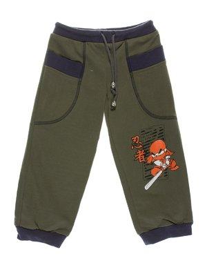 Штани темно-оливкового кольору з принтом | 1928961