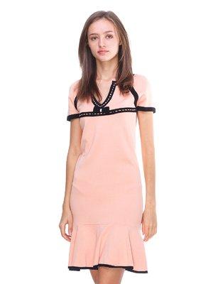 Сукня персикового кольору з контрастним оздобленням | 2619426