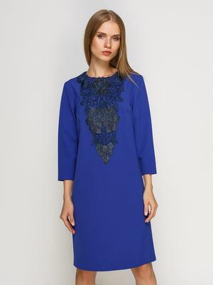 Платье василькового цвета с кружевной отделкой | 4492688