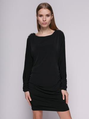 Сукня чорна з вирізом на рукаві і декором | 625113