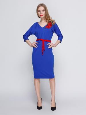 Платье цвета электрик с аппликацией и поясом | 3486510
