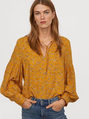 Блуза горчичного цвета в принт | 5046131