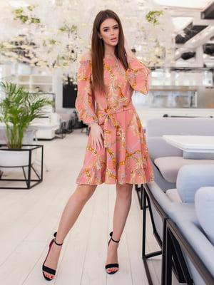 Платье кораллового цвета в принт | 5423575