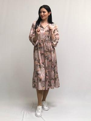 Сукня пудрового кольору в принт | 5427643