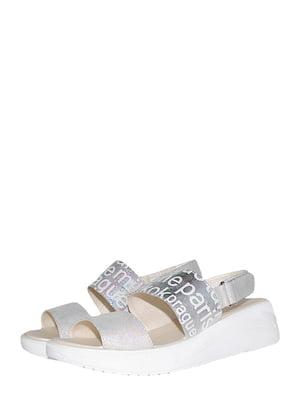 Босоніжки сріблястого кольору з принтом | 5514858