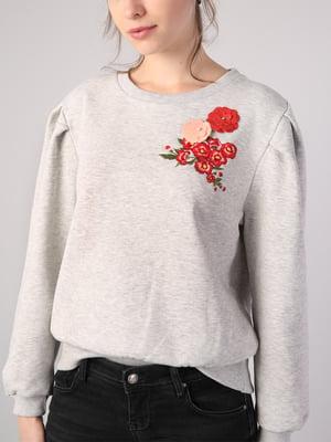 Свитшот серый с цветочной вышивкой | 5533314