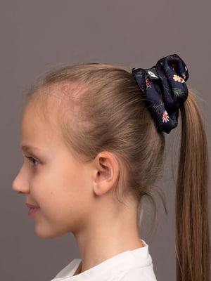 Резинка для волос темно-синяя с цветочным принтом | 5538066