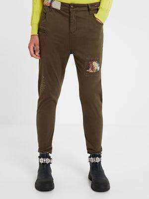 Штани кольору коричневий хакі з малюнком | 5547228