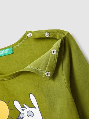 Лонгслів зелений з принтом   5569197