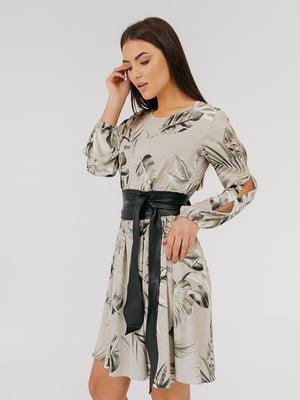Сукня оливкового кольору в принт | 5595947