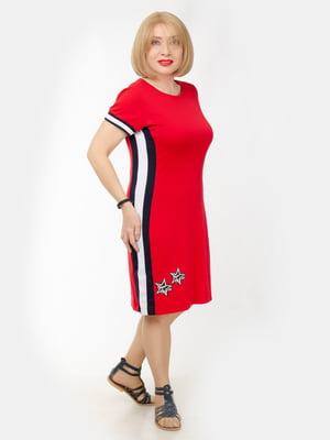 Платье красного цвета с лампасами и декором | 5609167