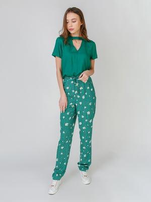 Брюки зеленые в полоску и с цветочным принтом | 5609494