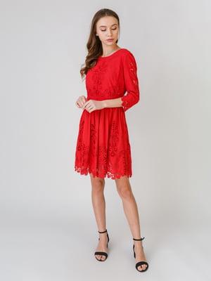 Платье красного цвета с узором | 5609665