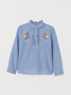 Блуза-рубашка голубого цвета с цветочной вышивкой | 5659373