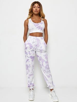 Брюки бело-фиолетового цвета в размытый принт   5671496