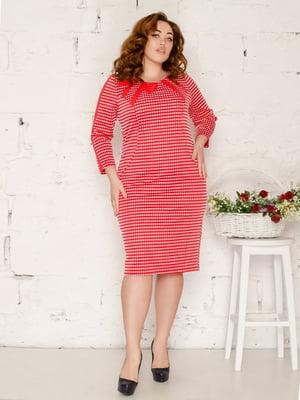 Платье красного цвета с узором   5673620