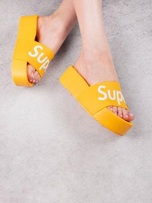 Шлепанцы желтые с принтом | 5675953