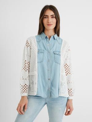 Рубашка бело-голубого цвета с узором   5686257