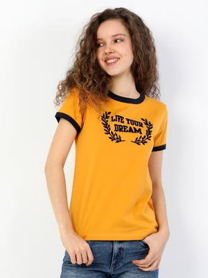 Футболка горчичного цвета с принтом | 5709248