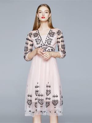 Платье пудрового цвета с рисунком   5760675