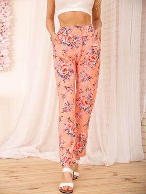 Брюки персикового цвета в цветочный принт | 5772824