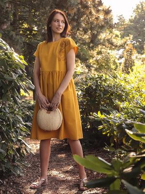 Платье горчичного цвета с рисунком | 5776888