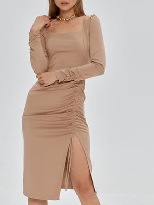 Платье-футляр цвета капучино   5906885